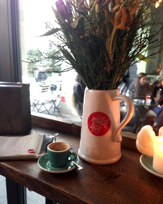 Espresso und Blumen