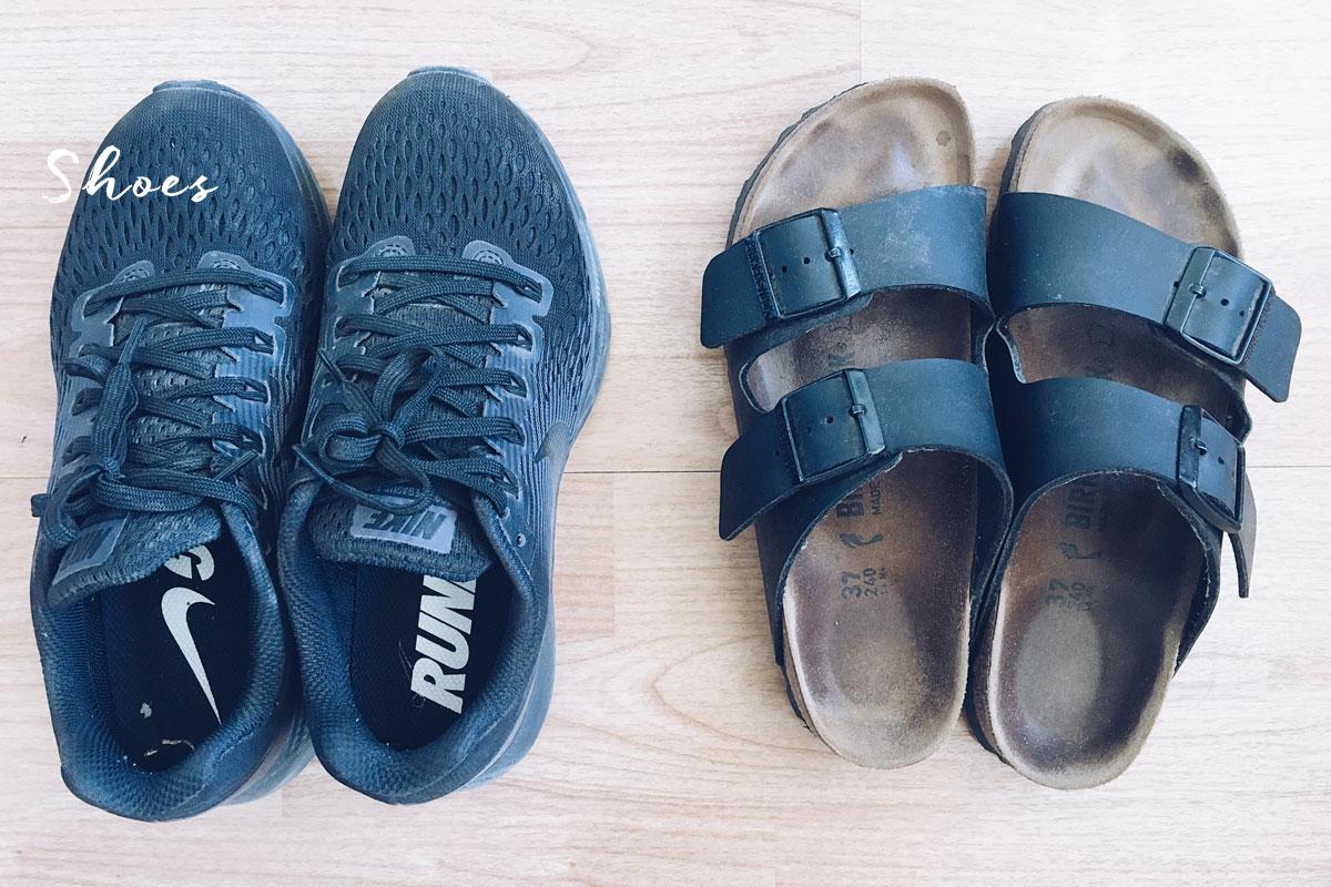 Sneaker und Sandalen im Handgepäck.